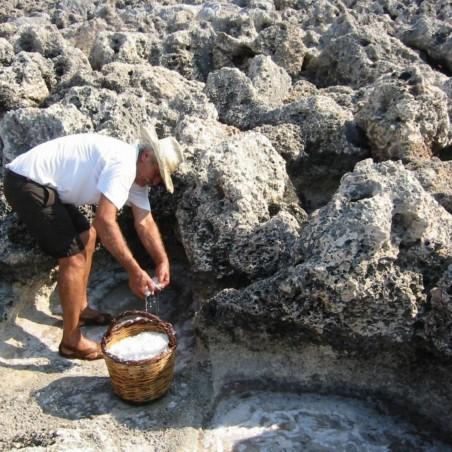 Органічна рука, зібрана сіль Середземного грецького моря